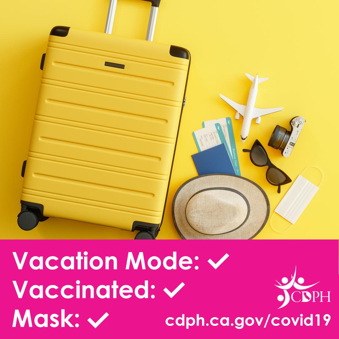 다음 내용의 확인 목록이 붙어 있는 여행용 가방 사진: 휴가 형태 - 확인, 백신 접종 완료 - 확인, 마스크 - 확인